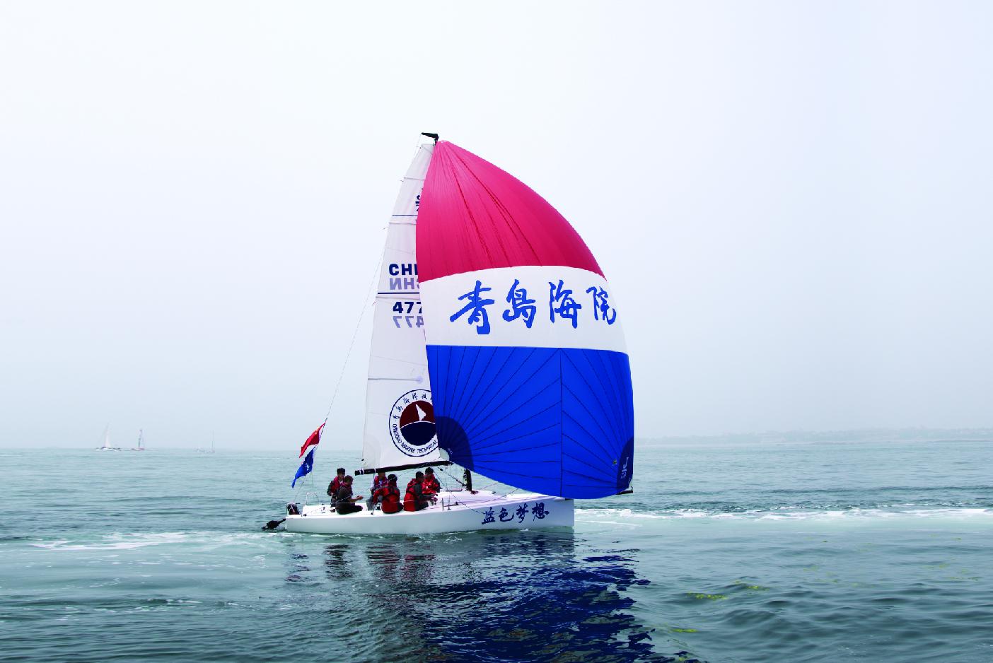 学生参加帆船比赛